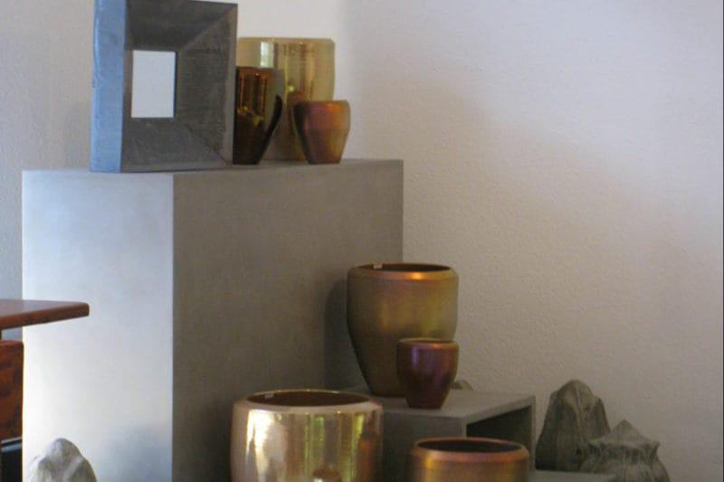 Spiegel und Vasen