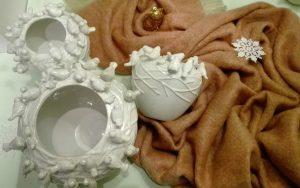 Keramikvasen und Mohairdecke