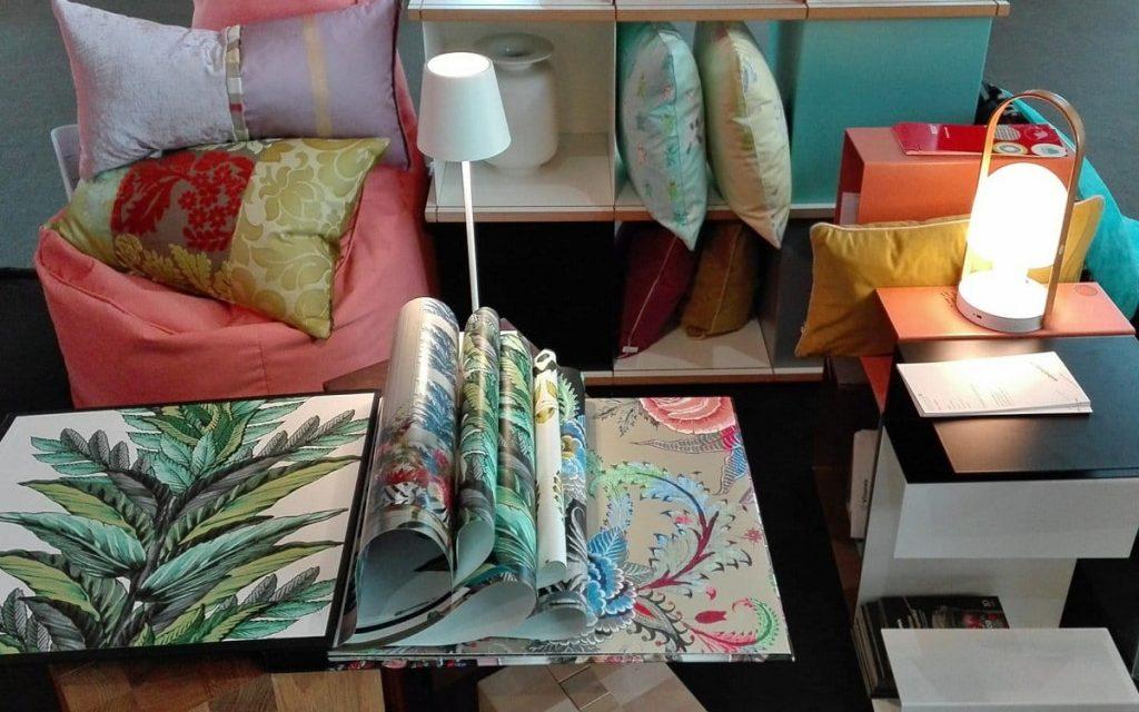 Große Auswahl an Tapeten und Kissen
