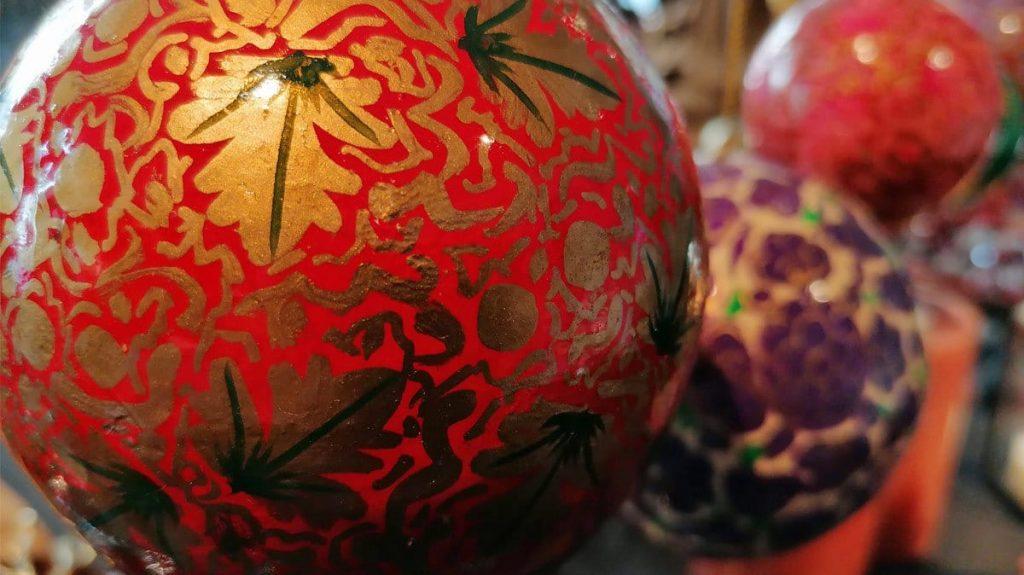 Weihnachtskugel aus Pappmaschee handbemalt
