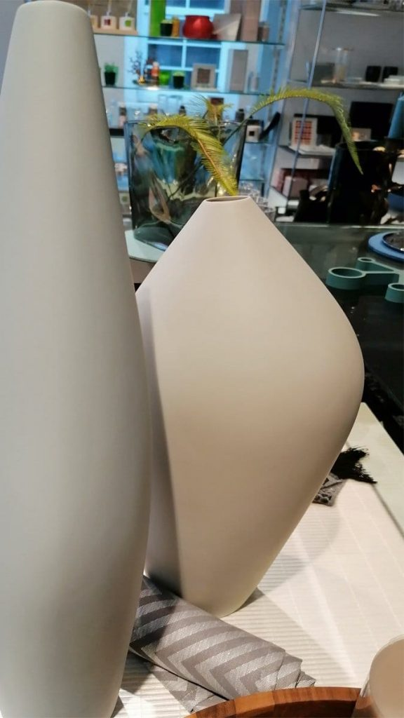 Biskuitporzellan I elegante Vasenform