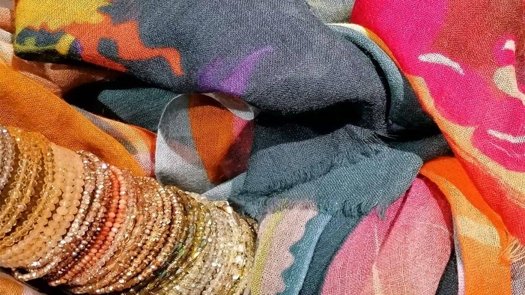 Schal und Glitzerarmbänder