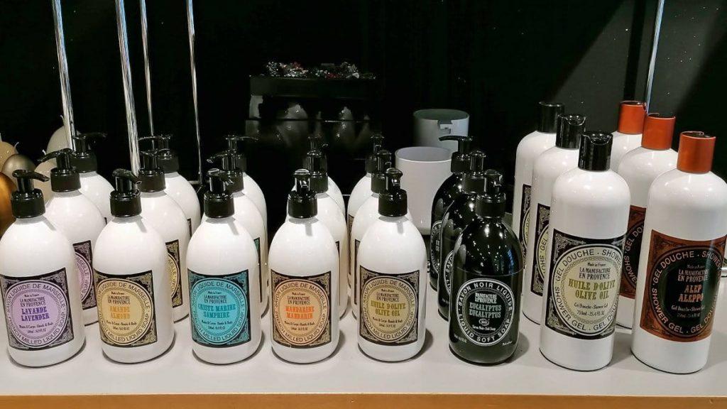 Handseife und Duschgel auf Olivenölbasis
