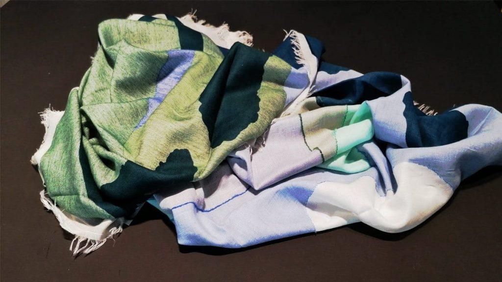Schal mit Bouclé-Nähten auf einer Seite